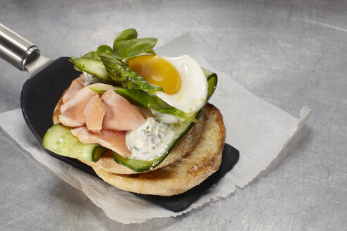 Pulled salmon burger with fried egg, cucumber and asparagus - SCF00489