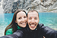 Peru, Cordillera Blanca, Huaraz, Huascaran National Park, selfie of happy couple at Laguna 69 - GEMF01048