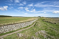 UK, Northumberland, Haltwhistle, hiking trail beside Hadrian's Wall - ELF01823