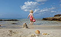 Little girl playing on the beach - LHF00504