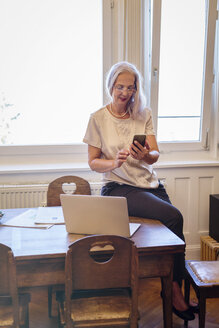 Businesswoman working at home office - JUNF00660