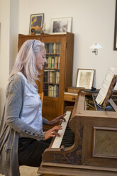 Woman playing piano at home - JUNF00681