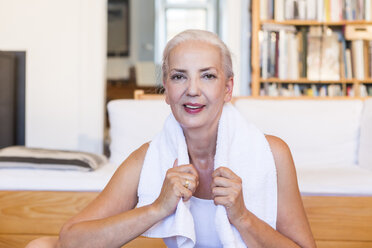 Portrait of woman with towel doing gym at home - JUNF00702
