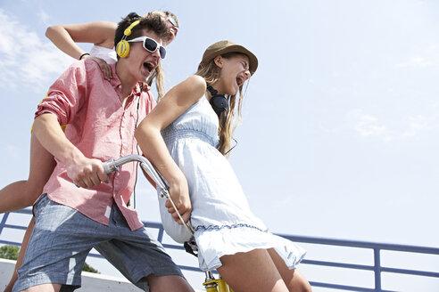 Three happy teenage friends screaming outdoors - FSF00515