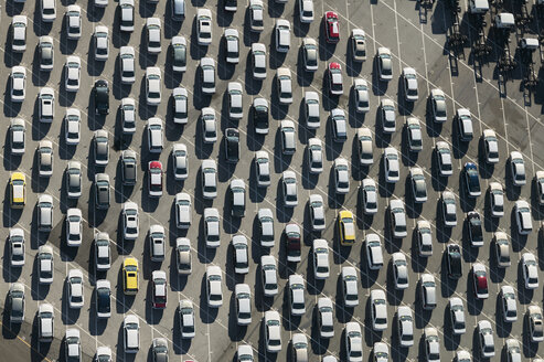 USA, Maryland, Aerial photograph of cars lined up for shipment from the Port of Baltimore - BCD00137