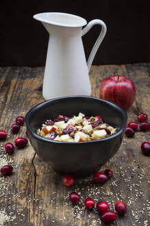 Muesli with puffed quinoa, wholemeal oatmeal, raisins, dried cranberries and apple - LVF05355