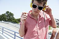 Teenage boy with headphones outdoors - FSF00521