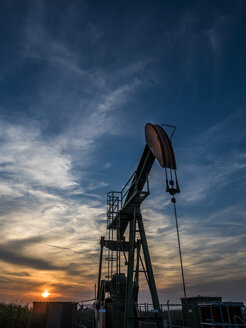Austria, Voitsdorf, production well, petroleum production at sunset - EJWF00794