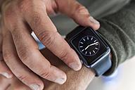 Businessman with smartwatch, close-up - TCF05129