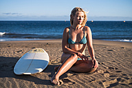 Spain, Tenerife, young blonde surfer on the beach - SIPF00879