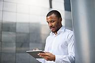 Businessman using tablet - DIGF01322