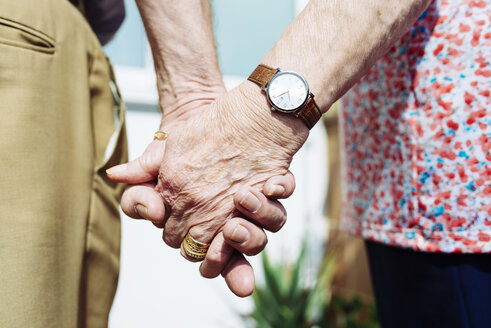 Back view of senior couple holding hands, close-up - GEMF01082