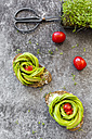 Avocado rose on bread, cress and tomatoes - SARF02962