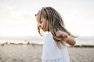 Little girl playing on the beach - JRFF00877
