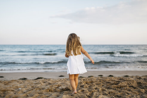 Bck view of little girl playing on the beach - JRFF00880