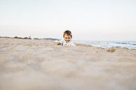 Smiling little boy playing on the beach - JRFF00886