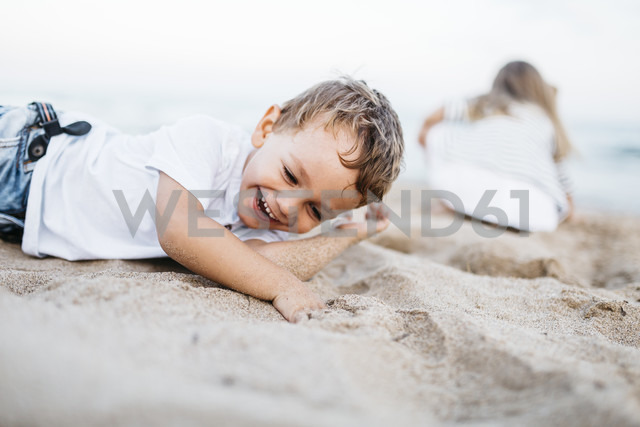 Happy little boy playing on the beach - JRFF00889