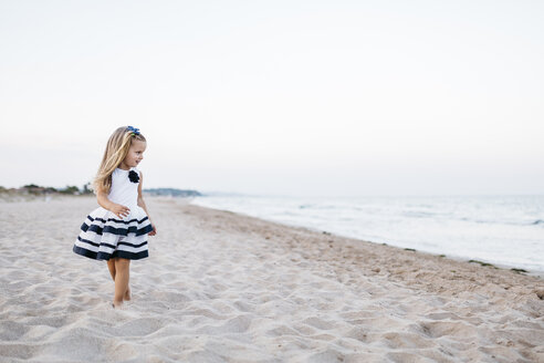 Fashionalble little girl playing on the beach - JRFF00895