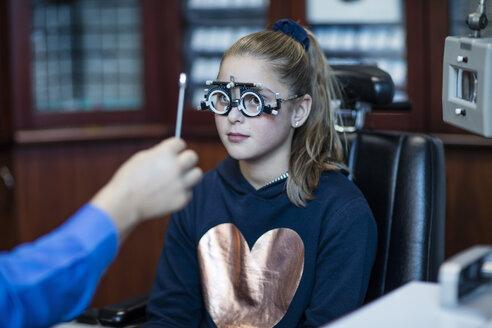 Girl doing eye test at optometrist - ZEF10590