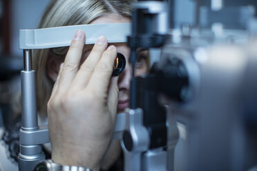 Mature woman doing eye test at the optometrist's - ZEF10599