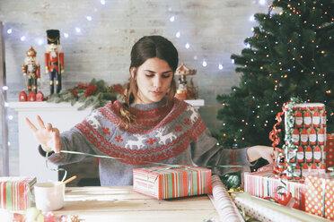 Woman wrapping christmas gifts - RTBF00426