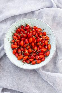 Bowl of goji berries on cloth - SARF02963