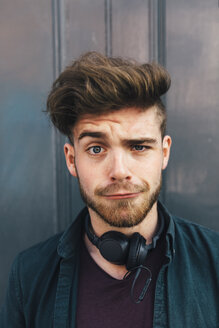 Portrait of young man with quiff pulling funny face - BOYF00627