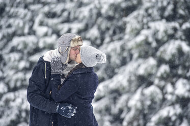 Couple kissing in winter - HAPF00981