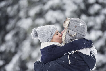 Couple kissing in winter - HAPF00990