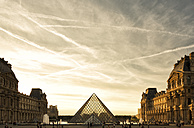 France, Paris, Louvre, glass pyramide in courtyard in the evening - FC01095