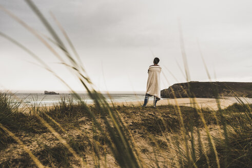 France, Bretagne, Crozon peninsula, woman standing at the coast - UUF08725