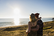 Back view of young couple at seaside - UUF08771