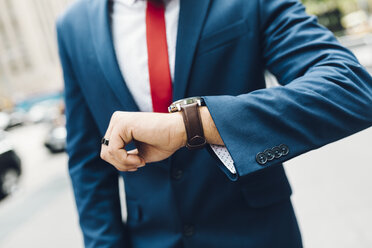 Businessman checking the time - GIOF01539