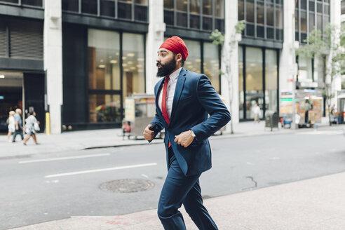 Indian businessman in Manhattan running in the street - GIOF01548