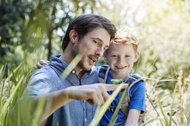 Father showing son a grasshopper - RORF00338