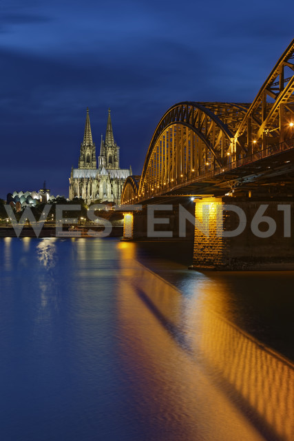 Germany, Cologne, lighted Cologne Cathedral and Hohenzollern Bridge - GFF00817 - Günter Flegar/Westend61