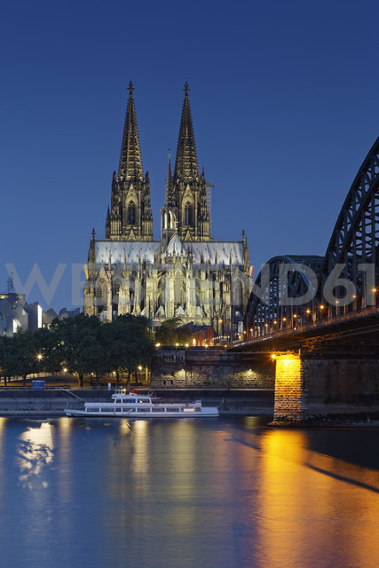Germany, Cologne, lighted Cologne Cathedral and Hohenzollern Bridge - GFF00820