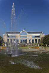 Germany, Cologne, view to festival hall 'Flora' at botanical garden with fountain in the foreground - GF00829