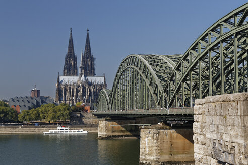 Germany, Cologne, view to Cologne Cathedral with Hohenzollern Bridge in the foreground - GFF00832