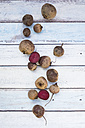 Whole and sliced beetroots on wood - LVF05470