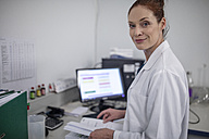Portrait of smiling woman in lab - ZEF10816