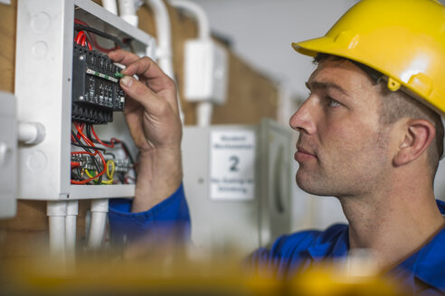 Electrician working on electrical panel - ZEF10886