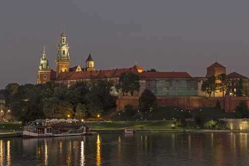Poland, Krakow, view to Wawel Cathedral and castle with Vistula River in the foreground at evening - MELF00156