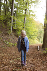 Girl walking in autumnal forest - MIDF00801