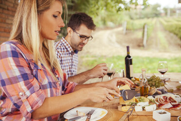 Couple eating at outdoor table - ZEDF00403