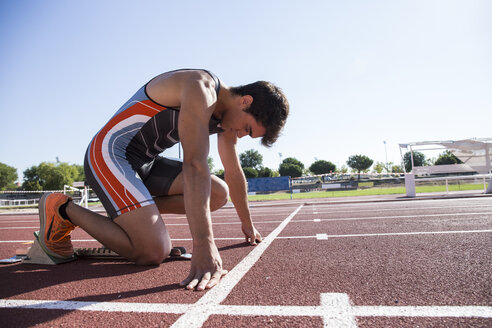 Runner on tartan track in starting position - ABZF01394