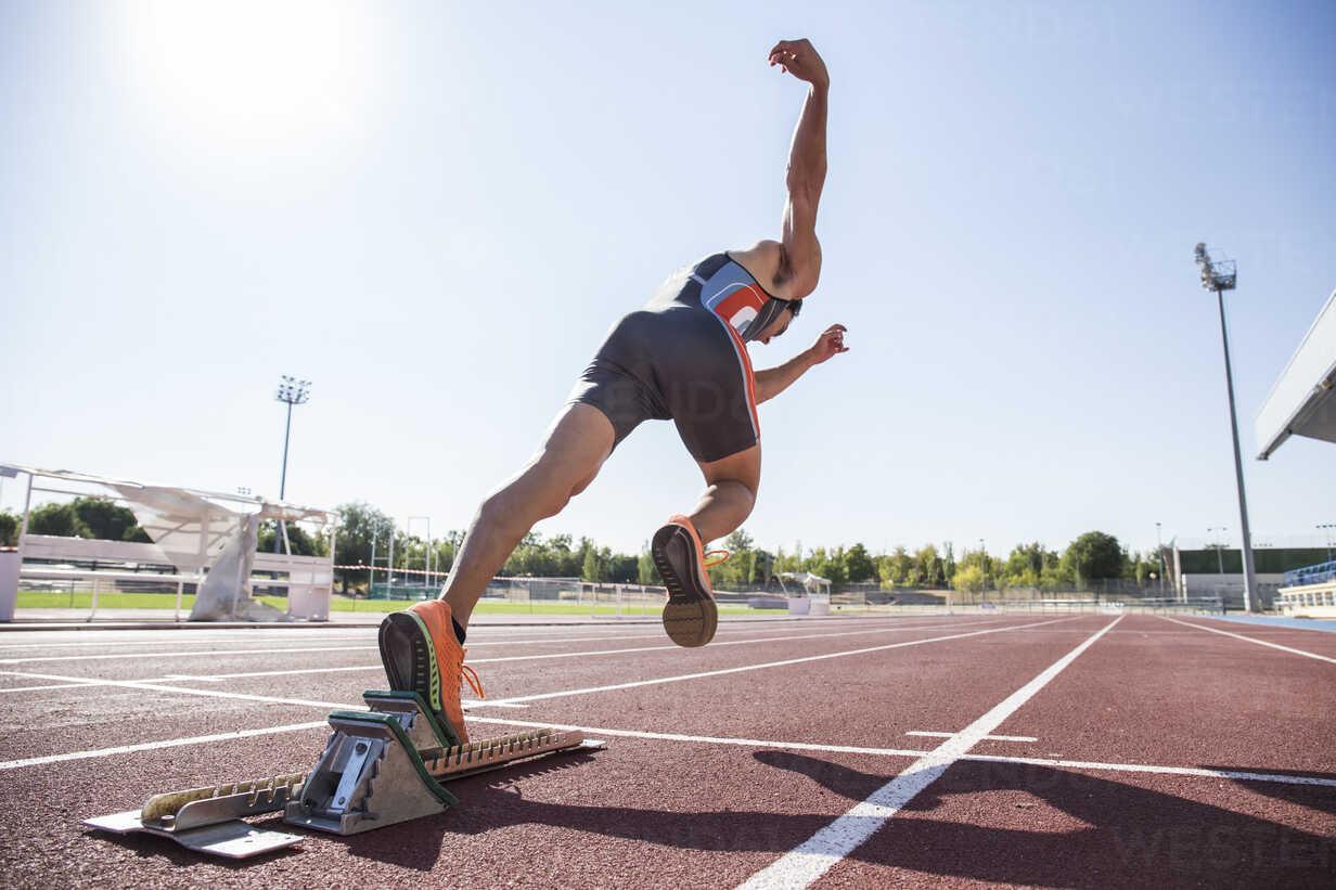 Runner on tartan track starting - ABZF01397 - Andrés Benitez/Westend61