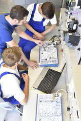 Technical instructor teaching students - LYF00607