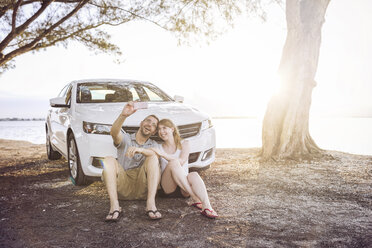 Couple on a road trip taking a break and making selfies - SHKF00697
