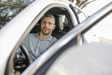 Man sitting in car, taking a break - SHKF00700